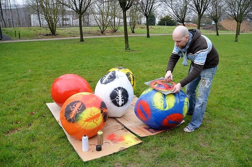 Künstler Thomas Willis hatte aus Ballons mit Hilfe von Pappmaché und Flüssigkunststoff große Ostereier geschaffen. Mit Spraydose und Schablone versah er sie mit seinem Logo, der Ameise. (Foto: © Martina Hörle)