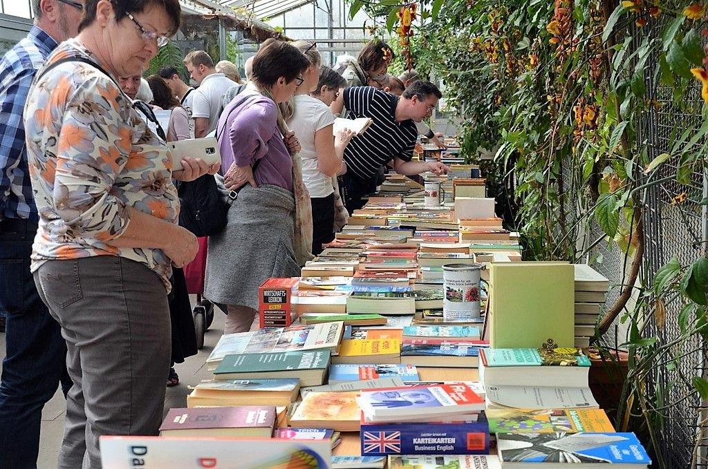 Mehrere hundert Besucher schmökerten sich durch etliche Meter Lesestoff. In den seltensten Fällen blieb es nur beim Gucken. (Foto: © Martina Hörle)