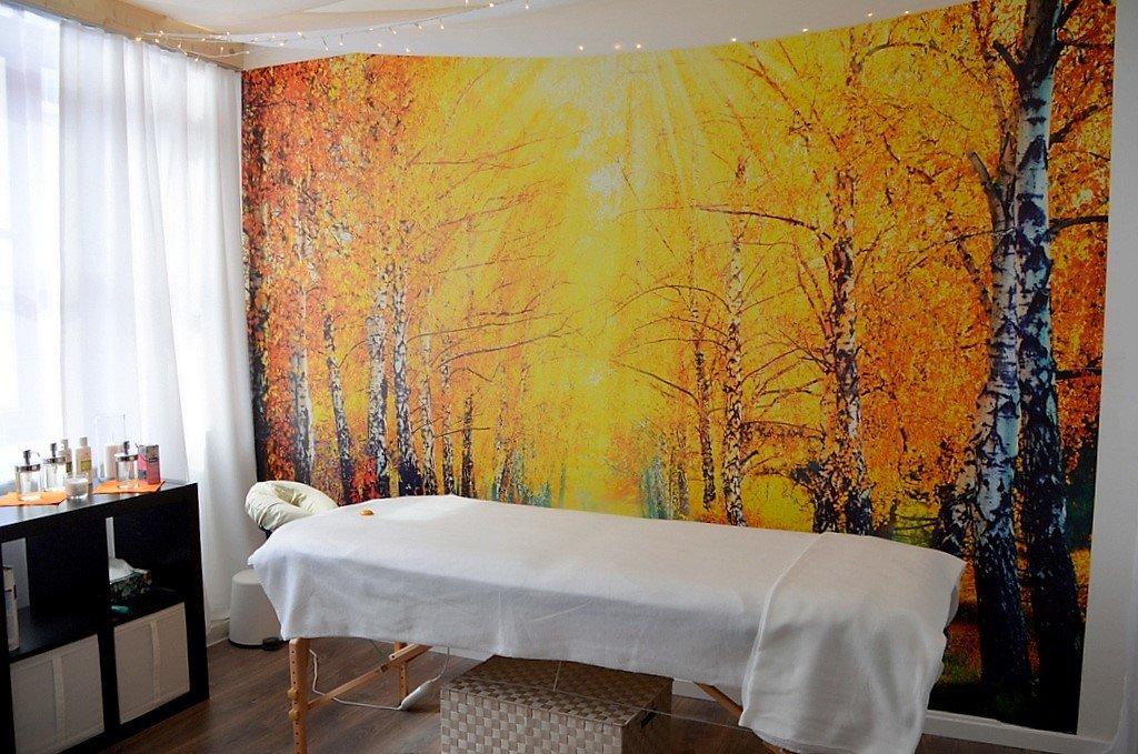 Der neue Massageraum strömt eine behagliche Wohlfühlatmosphäre aus. Hier führt die Studioinhaberin Wellness-Massagen oder Sportmassagen durch. (Foto: © Martina Hörle)