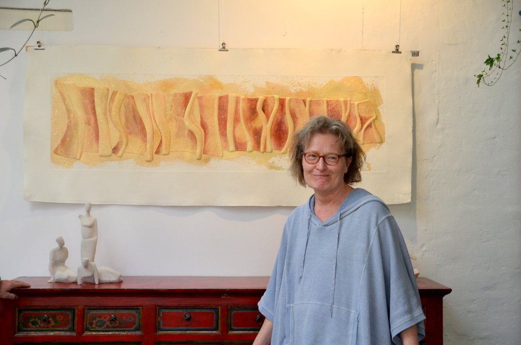 Ein Experiment hat Christina Koester zu ihren Prägungen auf Büttenpapier und auf Holz inspiriert. Gerne arbeitet die Bildhauerin mit Ton. (Foto: © Martina Hörle)