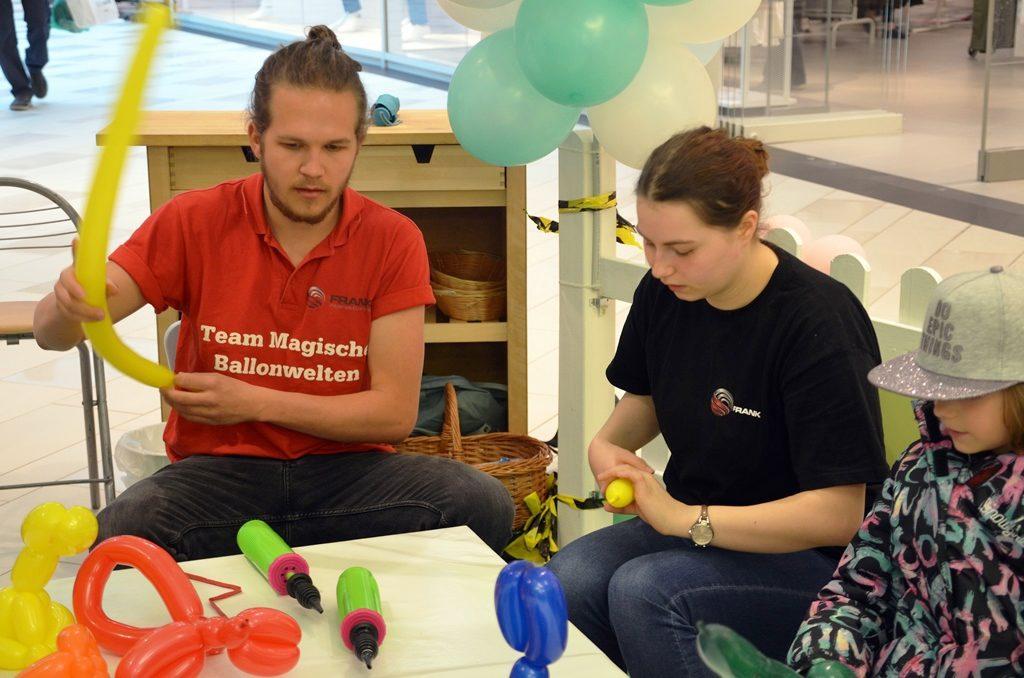 Unermüdlich wird gedreht und geformt. Aus einem einzigen Schlauchballon wird ein bunter Hase.(Foto: © Martina Hörle)