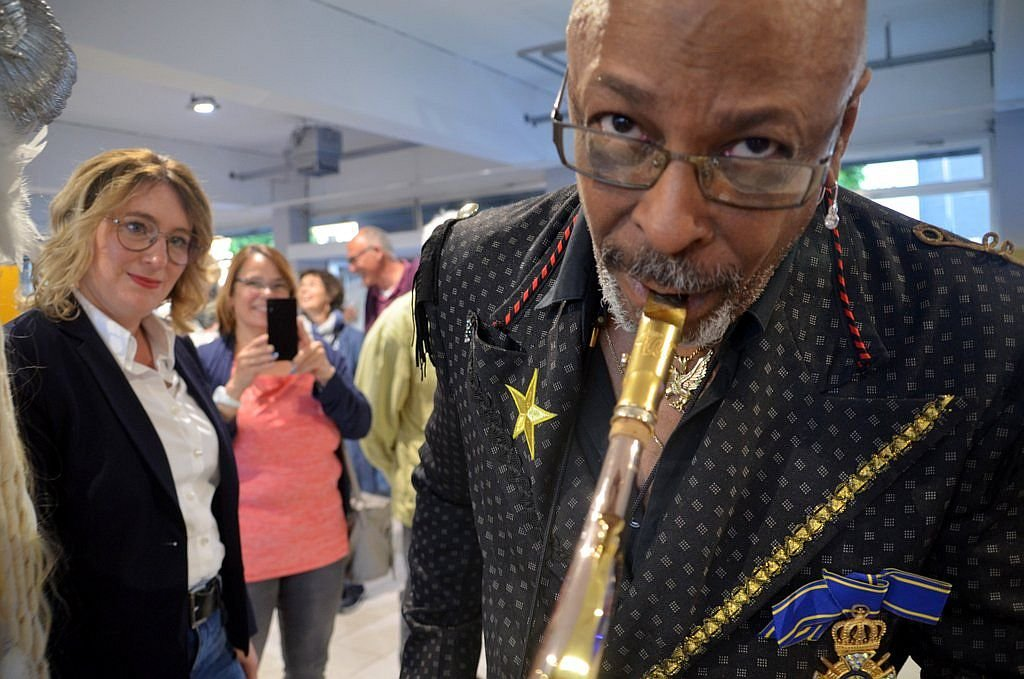 Sir Waldo Weathers, Sänger, Entertainer und Saxofonist, liebt es, sich unters Publikum zu mischen. Auch an diesem Abend begeisterte er damit die Besucher, die schnell zum Handy griffen, um ein Foto zu machen. (Foto: © Martina Hörle)