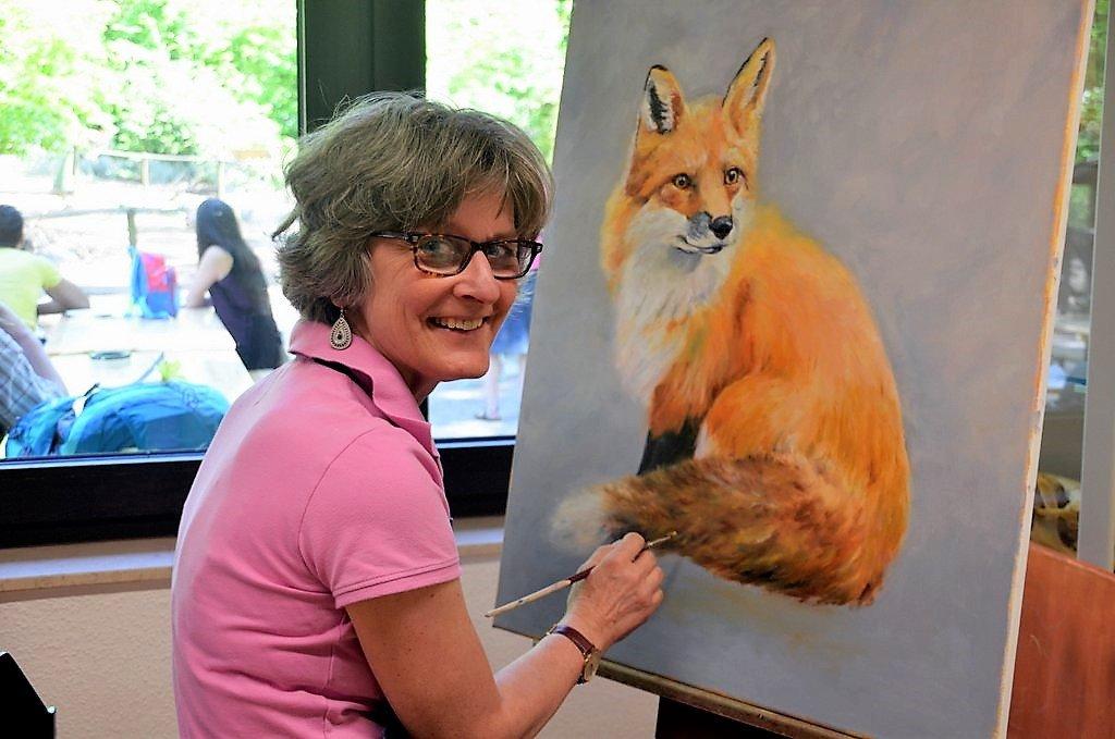 Malerin Zita Schlegel malt am liebsten Füchse und Hunde. Dabei bevorzugt sie die Technik Öl auf Leinwand. Die Künstlerin findet in der Fauna eine Fülle von Motiven. (Foto: © Martina Hörle)