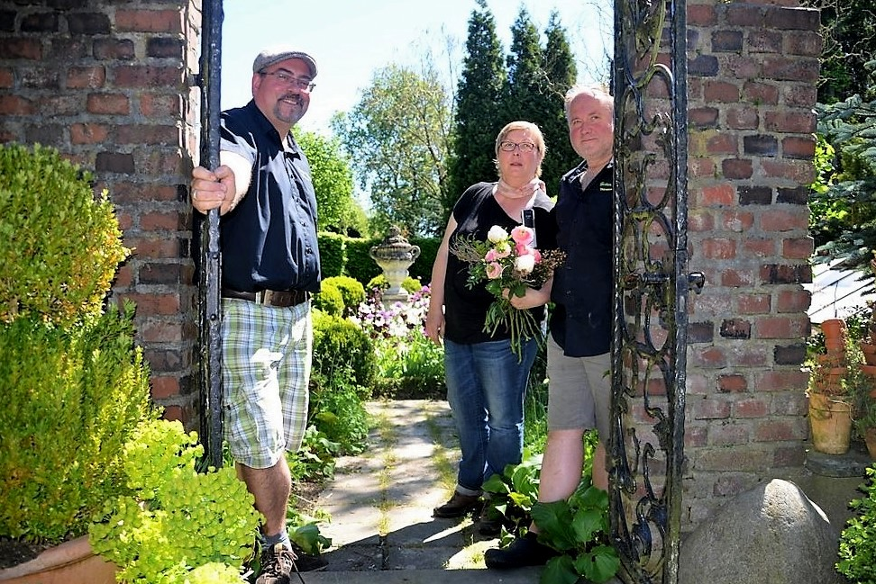Das Team von Garten Ulbrich (v. li. Markus Vogel, Heike Ritterskamp, Thorsten Ulbrich) ist für die eindrucksvolle Gartenanlage unermüdlich im Einsatz. Immer wieder werden neue Projekte in Angriff genommen. (Foto: © Martina Hörle)