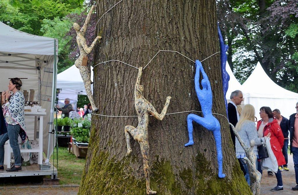 Bildhauer Norbert Witting erschafft Baumwächter. Sie spenden den Bäumen Schutz und dynamische Energie. Die Skulpturen sind wetterfest und können ganzjährig in Garten bleiben. (Foto: © Martina Hörle)