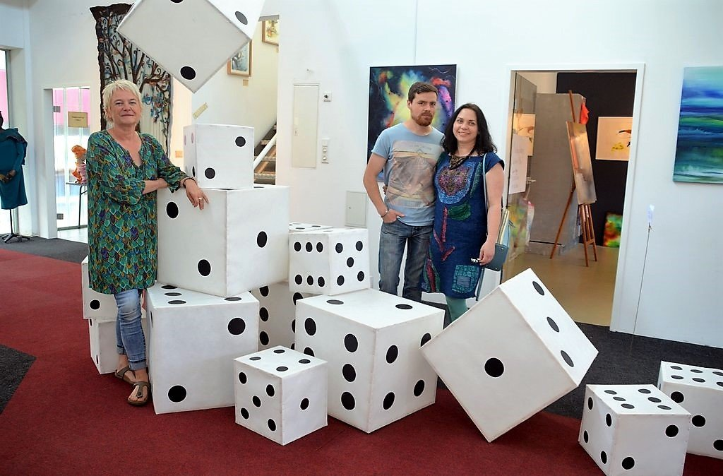 Im Atelier 26 ist ein Gemeinschaftswerk von Beatrix Deus (li.) sowie Wladimir und Olga Vollmer zu sehen. Wenn hier die Würfel fallen (17 an der Zahl), heißt es 6er Pasch. (Foto: © Martina Hörle)