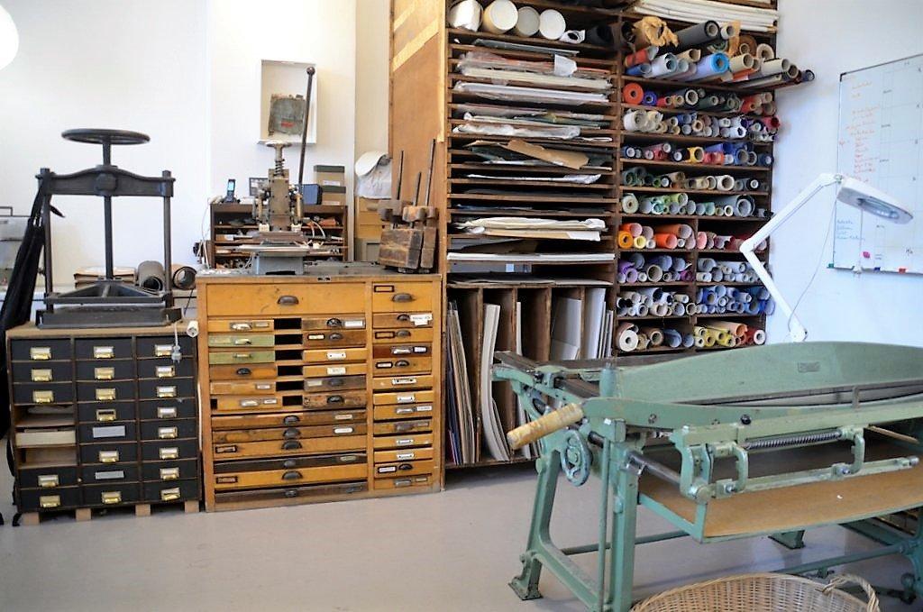 In der Buchbinderei falz & faden finden sich viele alte Maschinen und Arbeitsmaterialien. Fast alles ist noch im Einsatz. (Foto: © Martina Hörle)