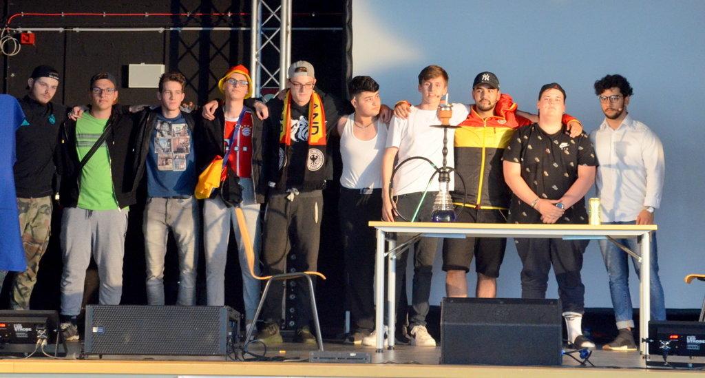 Der Q1-Musikkurs zeigt einen beeindruckenden RAP und bekommt zum Dank reichlich Applaus. (Foto: © Martina Hörle)