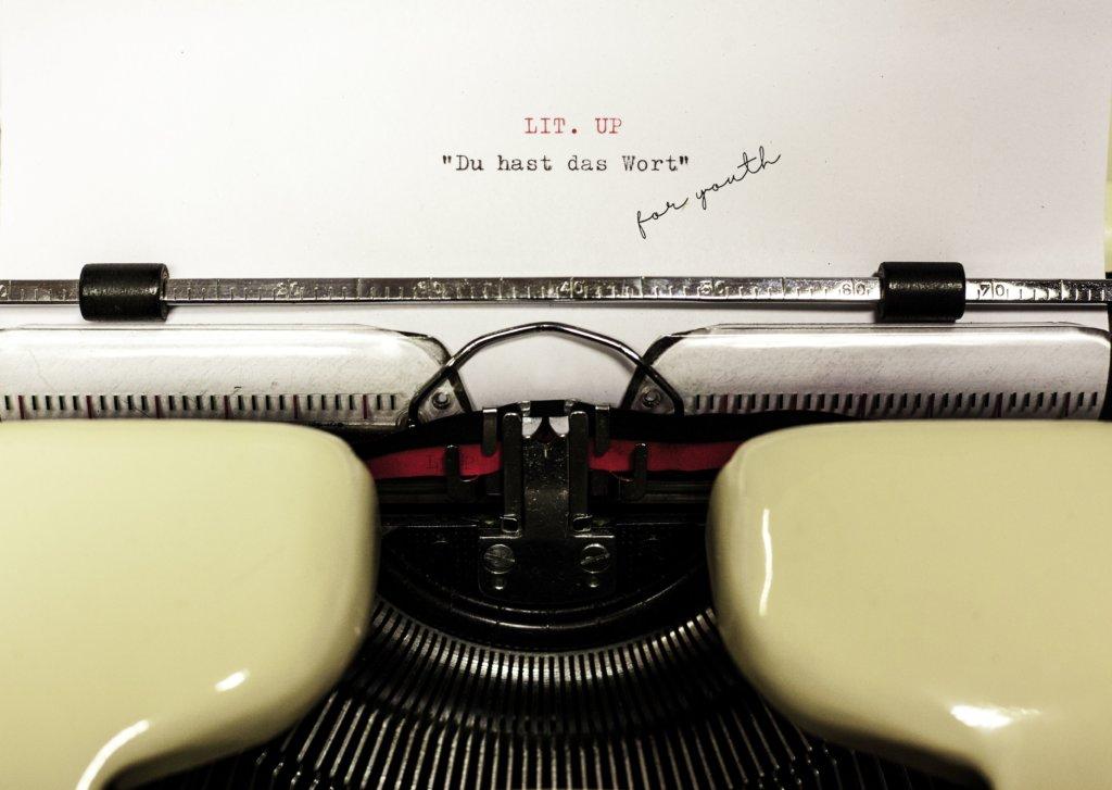 Jule Pommer hat das Projekt komplett organisiert. Auch der Plakatentwurf ist von ihr selbst entworfen. Modell stand hier ihre eigene Schreibmaschine. (Foto: © Martina Hörle)