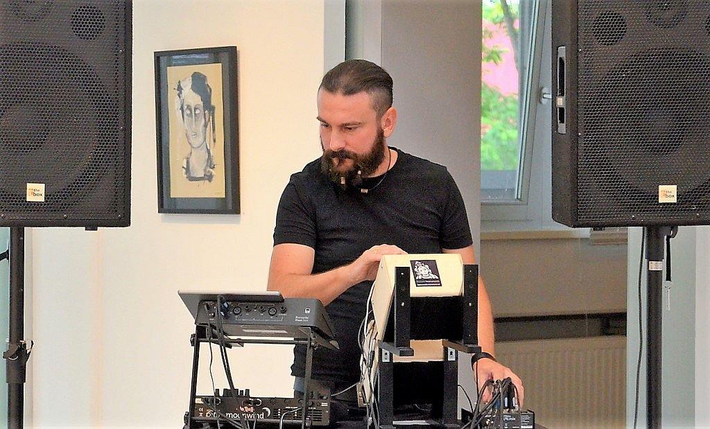 """Dorian Kaletta vom """"Kaltklang Musikstudio"""" aus Leverkusen hat mit seiner elektronischen Musik perfekte Klangmodulationen geschaffen. (Foto: © Martina Hörle)"""
