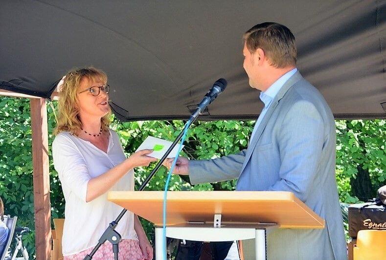 Sigrid Fuhr freut sich über den Scheck von Oberbürgermeister Tim Kurzbach. (Foto: © Martina Hörle)