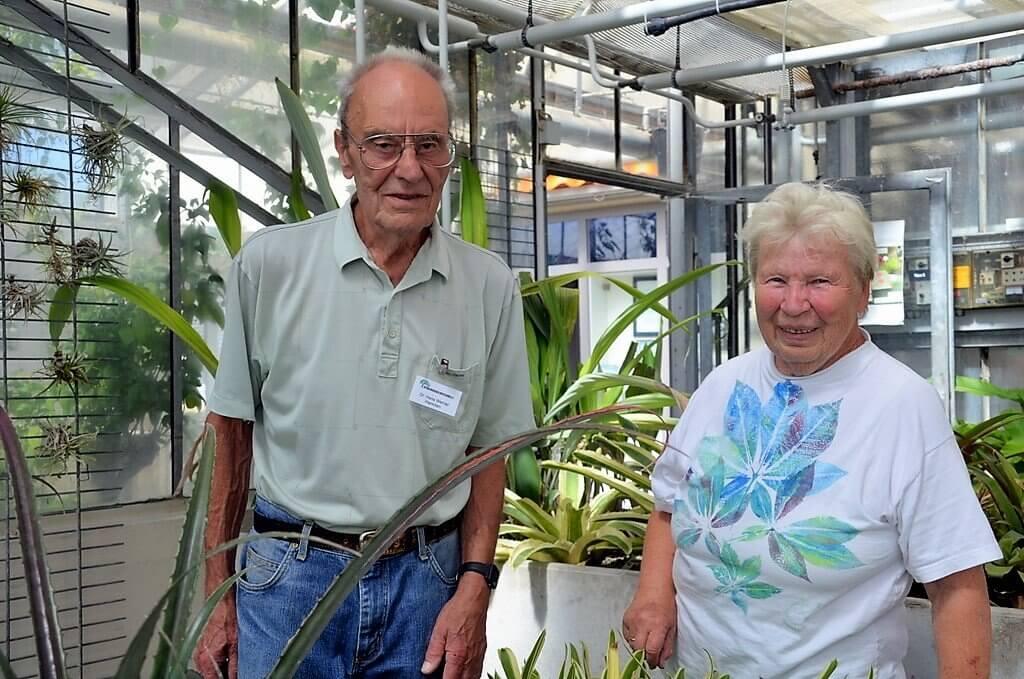 Dr. Hans Werner Hammen und Margarete Hammen führen die Besucher durch das Bromelienhaus, beantworten unermüdlich Fragen und geben wertvolle Tipps. (Foto: © Martina Hörle)