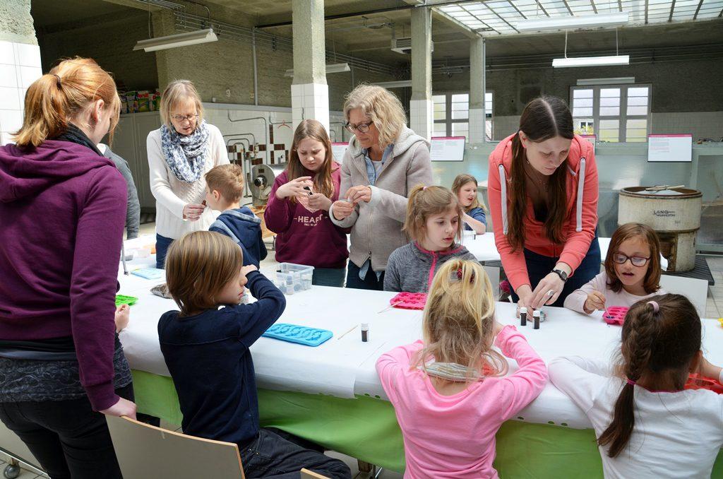Mit großer Begeisterung waren die kleinen Bastelkünstler bei der Arbeit. Der Kreativität waren keine Grenzen gesetzt. (Foto: © Martina Hörle)