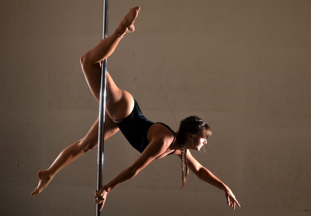 Hier zeigt Pole Dancerin Antonia in einer eleganten Kombination von Tanz und Akrobatik, wie viel Kraft bei dieser Sportart erforderlich ist. Sie trainiert seit dreieinhalb Jahren. (Foto: © Martina Hörle)
