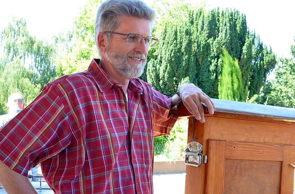 Hobby-Imker Manfred Kirchner beantwortete unzählige Fragen der Besucher und konnte viel Wissenswertes über Honig- und Wildbiene sowie Hummeln erzählen. (Foto: © Martina Hörle)