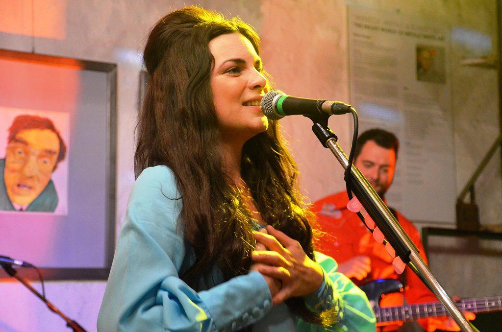 Whitney Rose ist sehr stolz darauf, in Solingen sein zu können. Ihr Konzert findet beim Publikum großen Anklang. (Foto: © Martina Hörle)