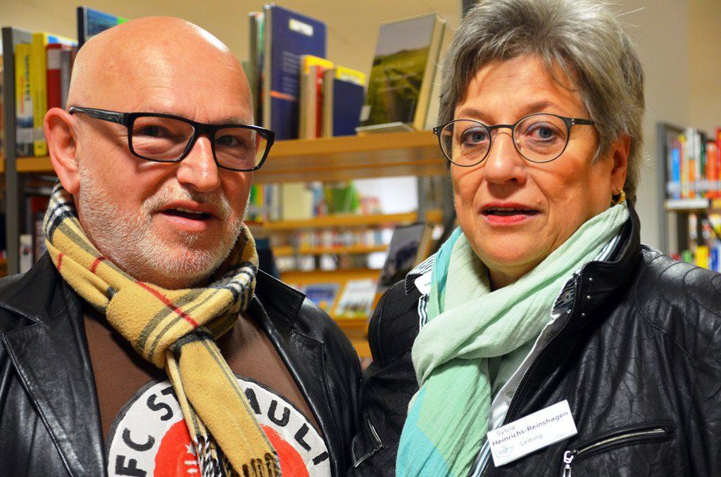 Klaus Hartmann und Sylvia Heinrichs-Reinshagen sind gespannt auf das Ergebnis. Im Juni wird das Werk in der Stadtbibliothek öffentlich versteigert. (Foto: © Martina Hörle)