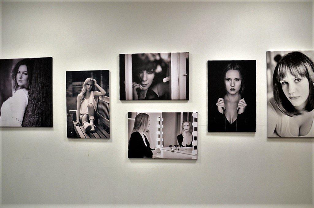Dirk Adolphs zeigt in vielfältigen Formaten zahlreiche Porträtaufnahmen auf Leinwand. (Foto: © Martina Hörle)