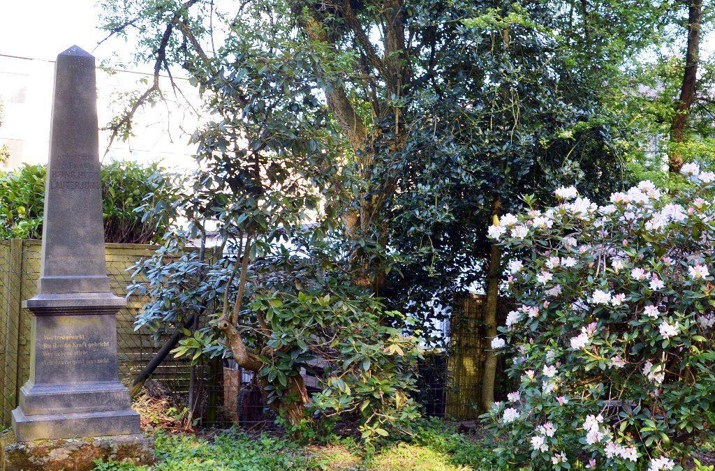Manche der Grabsteine sind einfache Platten, andere wiederum hohe Säulen. Vor über 60 Jahren wurde der damalige Friedhof zum Park umgestaltet. Grabstellen gibt es hier nicht mehr. (Foto: © Martina Hörle)