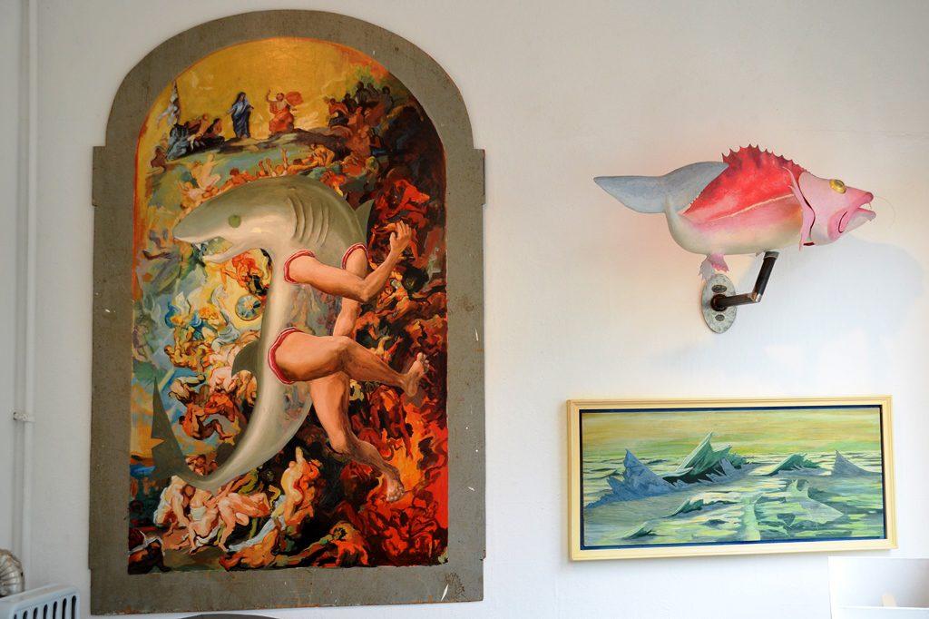 Dieses Wandgemälde, das an Dürers Werke erinnert, verdeutlicht den Konflikt zwischen Gut und Böse. Der Künstler zeigt Engel, die ins Paradies führen, das Monster Hai und die Farben der Hölle. Oder ist das Monster der Mensch? (Foto: © Martina Hörle)