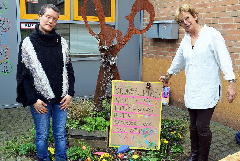 """Künstlerin Julia Herbster (li.) und Kunstlehrerin Jutta Fink stellen das Ergebnis des Projekts """"Grüner wird's nicht"""" vor. Das Landesprogramm Kultur und Schule möchte Künstler mit Projekten an die Schulen holen. (Foto: © Martina Hörle)"""