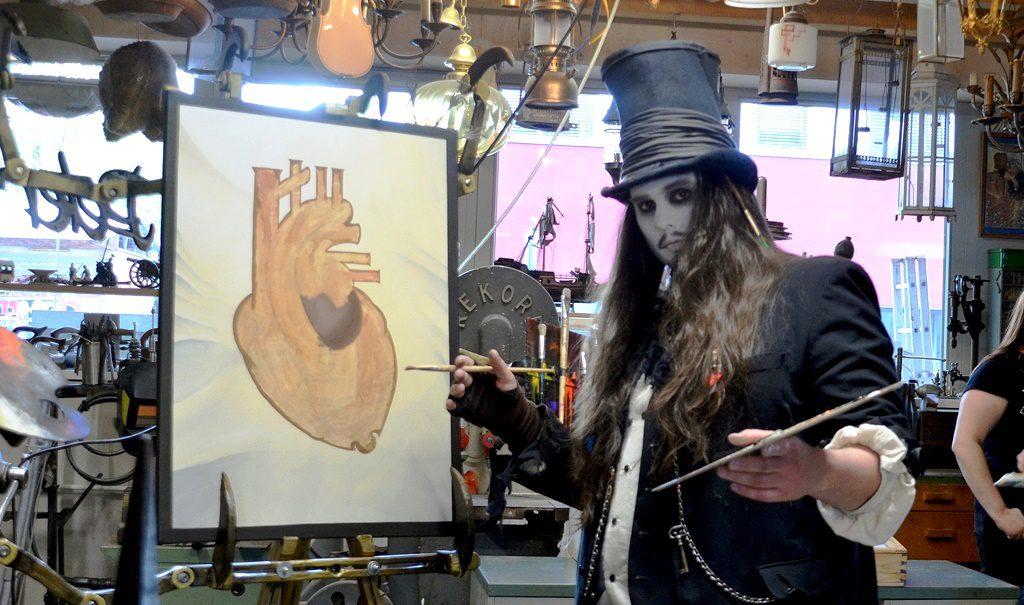 Stephen William Brown Boyd, genannt Mortimer Mac Brown, ist ein armer Maler auf einer Reise durch die Jahrhunderte. Brown Boyd liebt und lebt den Steampunk. (Foto: © Martina Hörle)