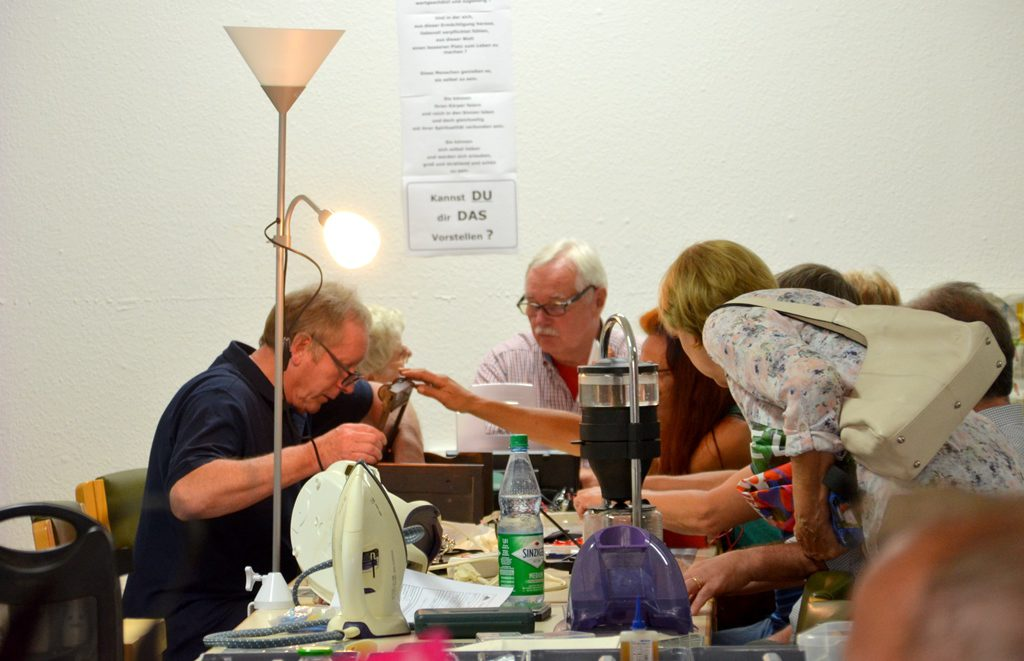 Vereinsmitglieder und andere Helfer sind unermüdlich mit Reparaturen beschäftigt. Die erfolgreiche Reparaturquote liegt bei mehr als 50 Prozent. (Foto: © Martina Hörle)