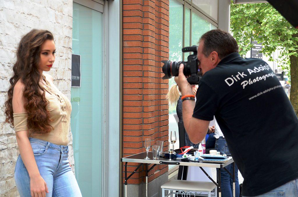 Das Live Model-Shooting findet vor der Galerie von Dirk Adolphs-Photography und Remimora Photoprojects statt. Viele Besucher bleiben stehen und wollen alles miterleben. (Foto: © Martina Hörle)
