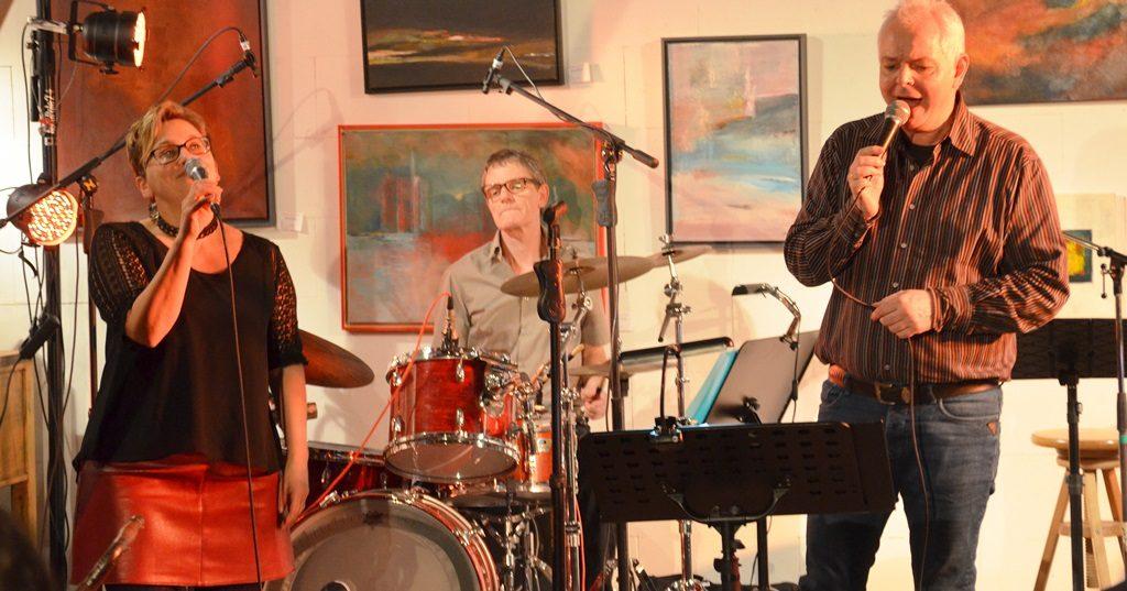 Die Musiker spielen nicht nur, sondern singen auch. Hier begleitet Holger Kunz als Duett-Partner. (Foto: © Martina Hörle)