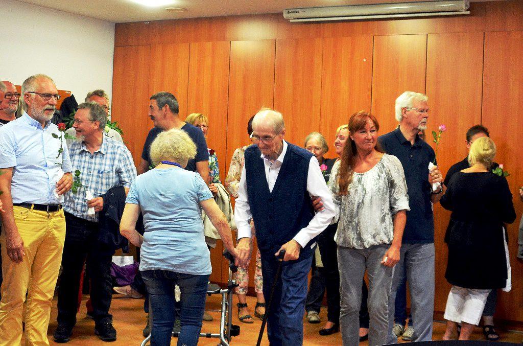 Die Heimbewohner bedanken sich mit Rosen bei den Sängerinnen und Sängern. (Foto: © Martina Hörle)