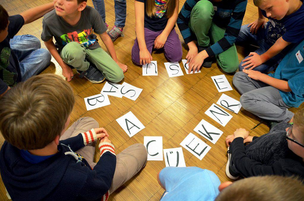 """Die Buchstaben sind alle gesammelt. Jetzt heißt es, sie zum richtigen Lösungswort zusammenzusetzen. Hier ergibt sich das Wort """"Außenrückgabe"""". (Foto: © Martina Hörle)"""
