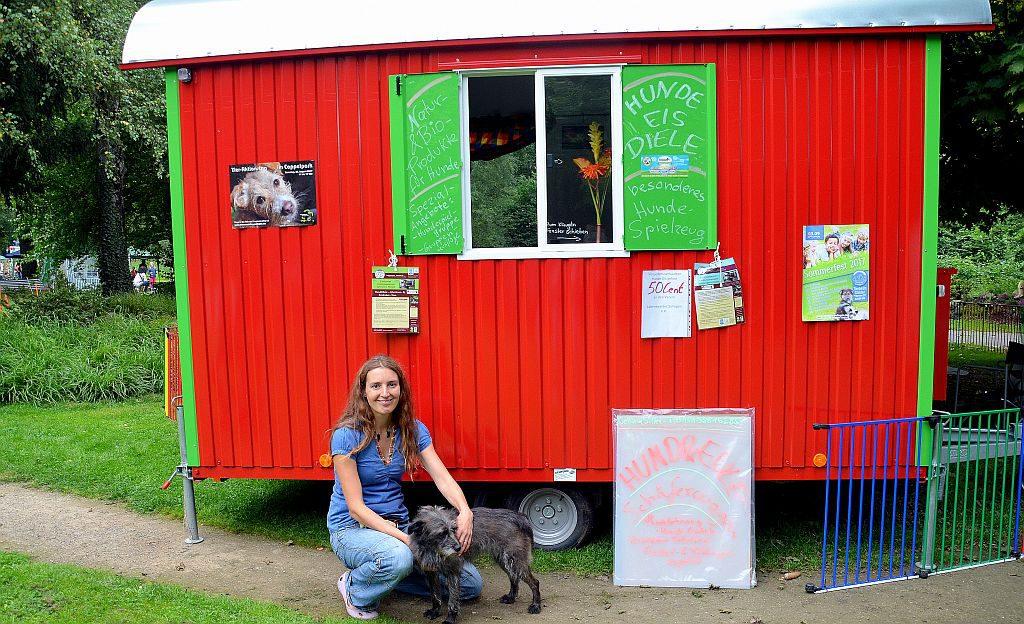 Tina Siller übernimmt in ihrem Wandkindergarten für Hunde die Tagesbetreuung. Dabei ist sie den ganzen Tag mit den Tieren in der freien Natur. (Foto: © Martina Hörle)