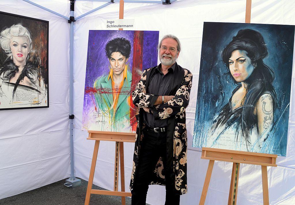Jedes Jahr malt Ingo Schleutermann in einer Sonderedition zwei bis drei Portraits von früh verstorbenen Künstlern. Diesmal hat er sich für Prince und Amy Winehouse entschieden. (Foto: © Martina Hörle)