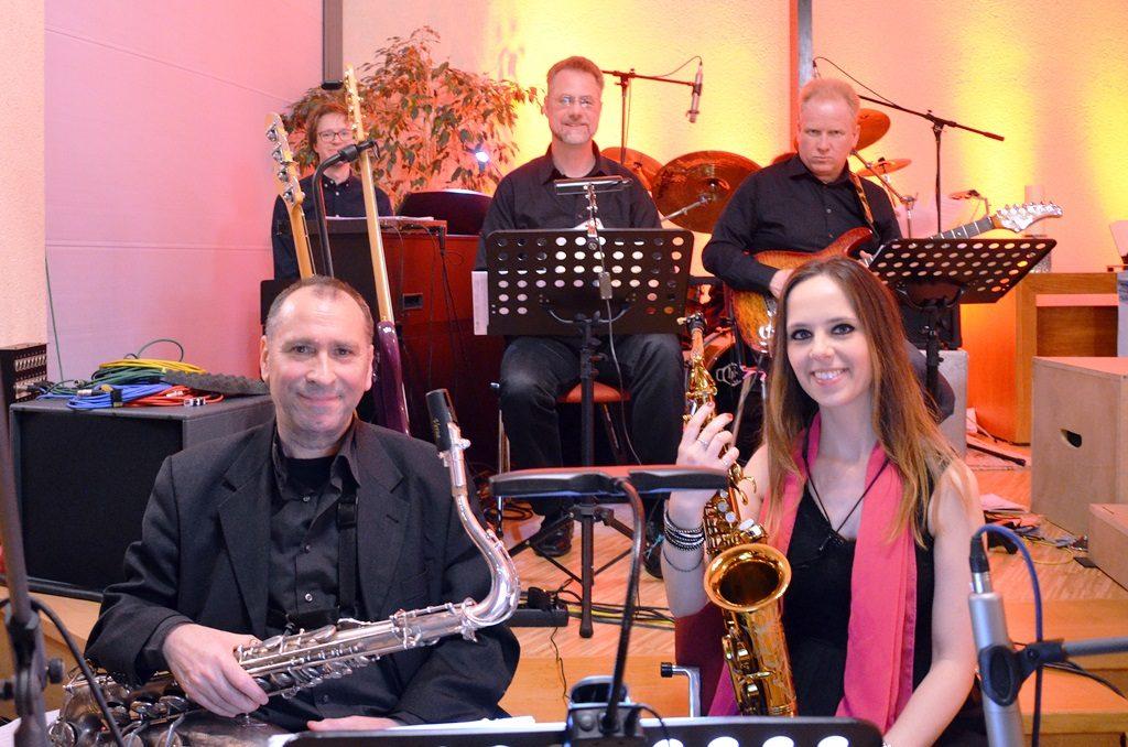 Die fünfköpfige Band sorgte für einen hervorragenden Rhythmus. (vorne Erich Leininger und Lissy Szakács am Saxofon, dahinter v. li. Kalle Kappner, E-Piano, Bassist Ralf Schusdziarra, Knut Kornatz, Gitarre) (Foto: © Martina Hörle)