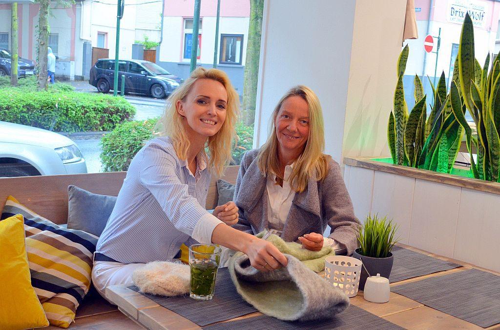 Annabelle Schleder kommt gerne auf einen Kaffee zu ihrer Schwiegertochter. Die hausgemachten Waffeln werden nach ihrem Rezept hergestellt. In Kürze werden einige Bilder der Künstlerin in der Boutique die Wände zieren. (Foto: © Martina Hörle)