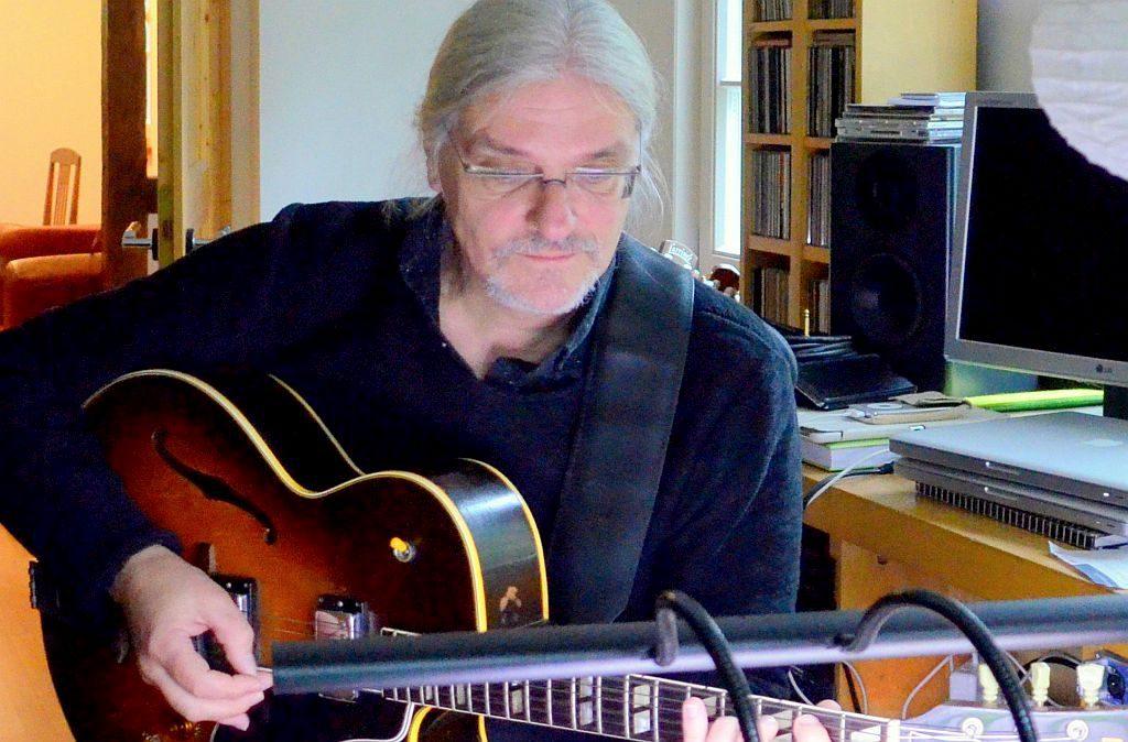 """Jazzgitarrist Roberto Nagy arbeitet freiberuflich als Gitarrenlehrer. Er sagt von sich selbst: """"Ich verdiene mit der Gitarre mein Geld."""" Der Musiker hat schon mit den bekannten Gitarristen Ali Neander und Andreas Schmidt-Martelle zusammengearbeitet. (Foto: © Martina Hörle)"""