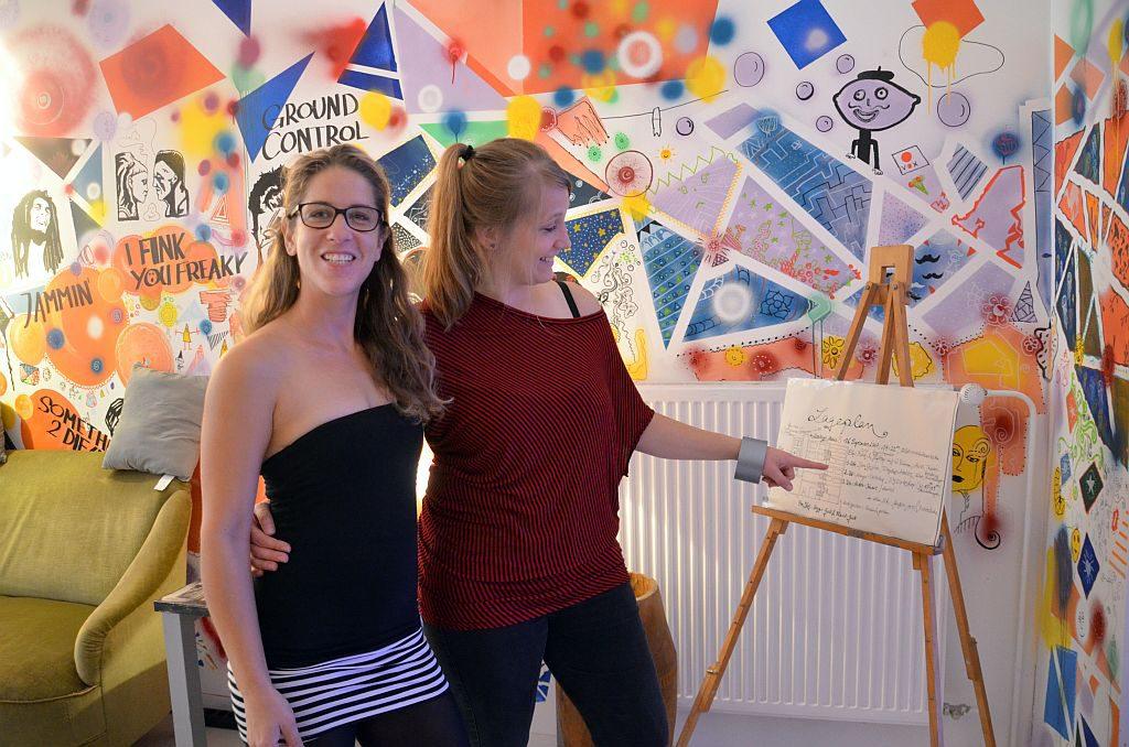 Koordinatorin Carmen Gottwald und Projektleiterin Lisa Radtke sind unglaublich stolz auf die Jugendlichen. Mit unermüdlichem Einsatz und tatkräftiger Unterstützung haben sie das Monkey's zu dem gemacht, was es heute ist. (Foto: © Martina Hörle)