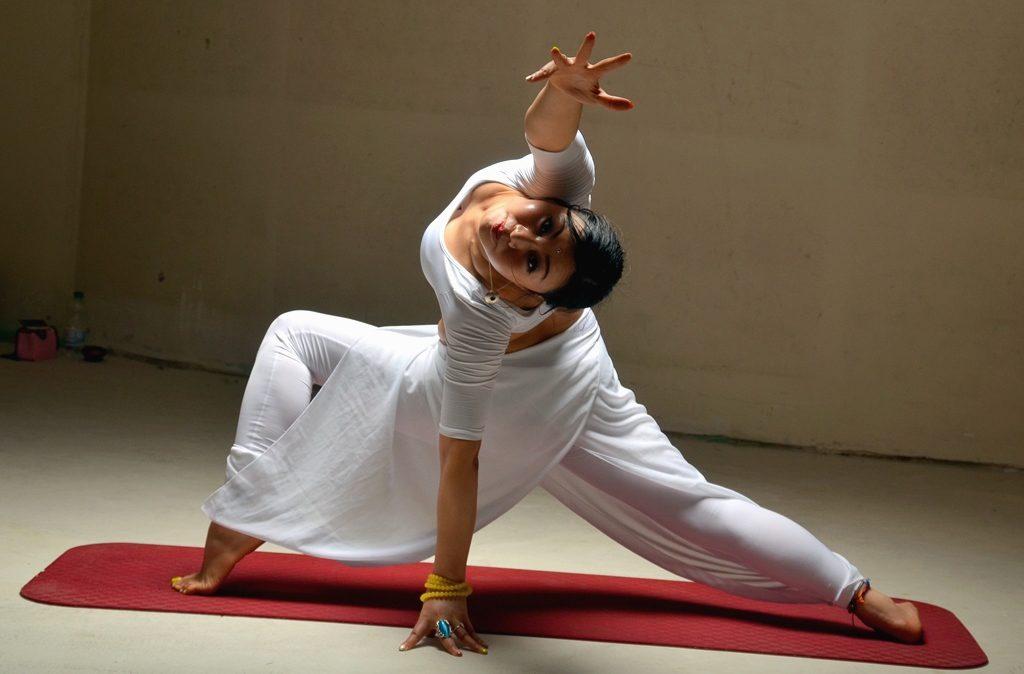 In der Galerie Rolands Eck zeigt Yoga-Meisterin Xiaolei Zhang eine ganz besondere Performance. Im Anschluss daran gibt es ein Shooting. (Foto: © Martina Hörle)