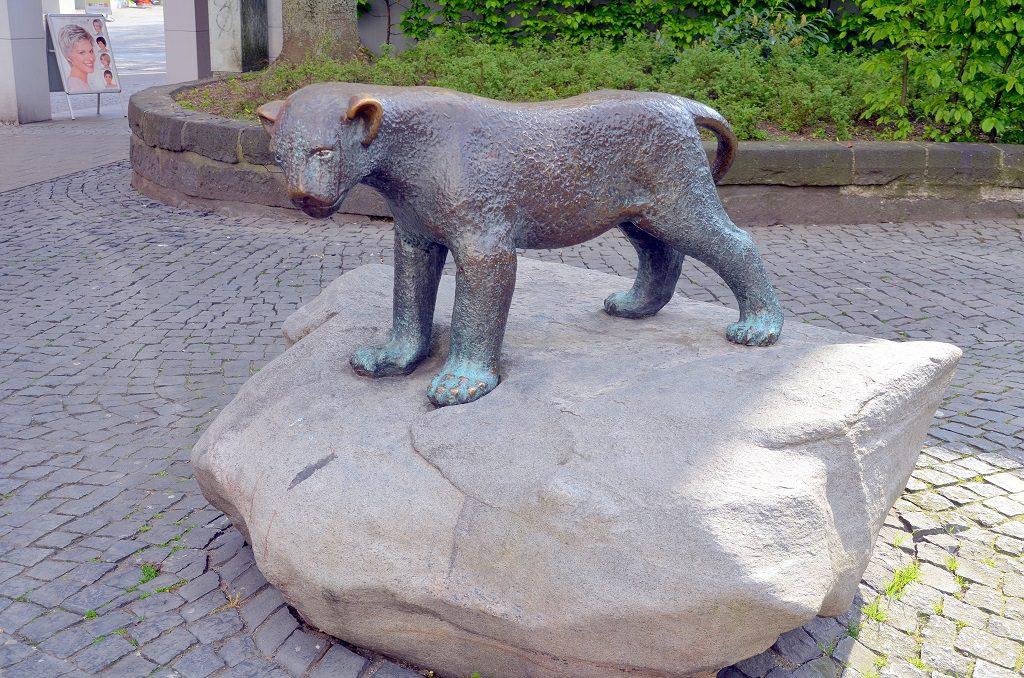 Der Bronzelöwe ist einem kleinen Löwen aus dem Dresdner Zoo nachempfunden. Die Skulptur war ein Geschenk vom Lions-Club an die Stadt Solingen zum 600. Geburtstag. (Foto: © Martina Hörle)