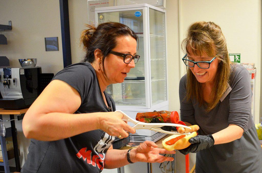 Silke Koppetsch (li.) und Charlotte Struckmeier versorgen die Detektive nach ihrer erfolgreichen Jagd mit leckeren Hot Dogs. (Foto: © Martina Hörle)