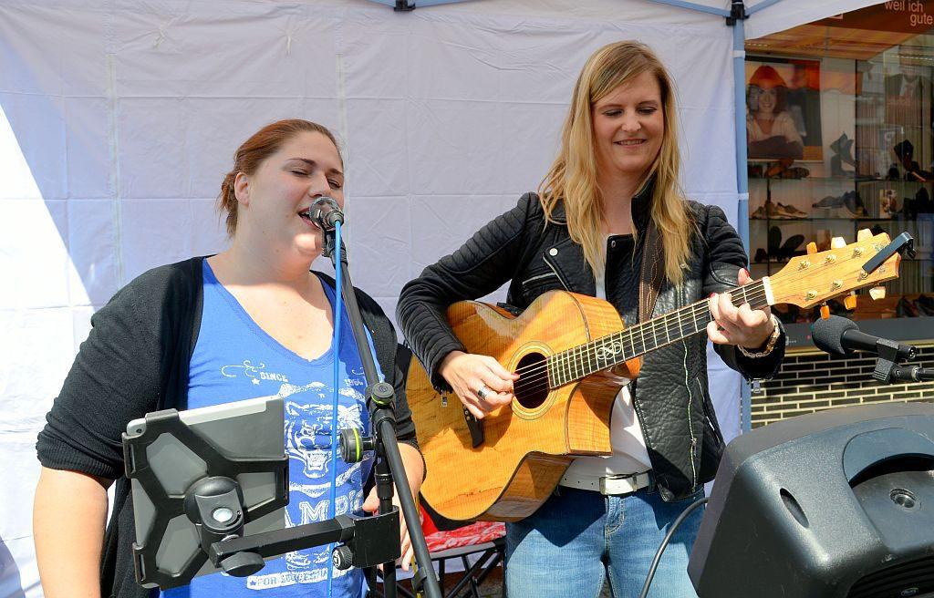 Beim Auftritt von Teneja verstärkte spontan Jessie, die Sängerin des Duos So I Said Rock. (Foto: © Martina Hörle)