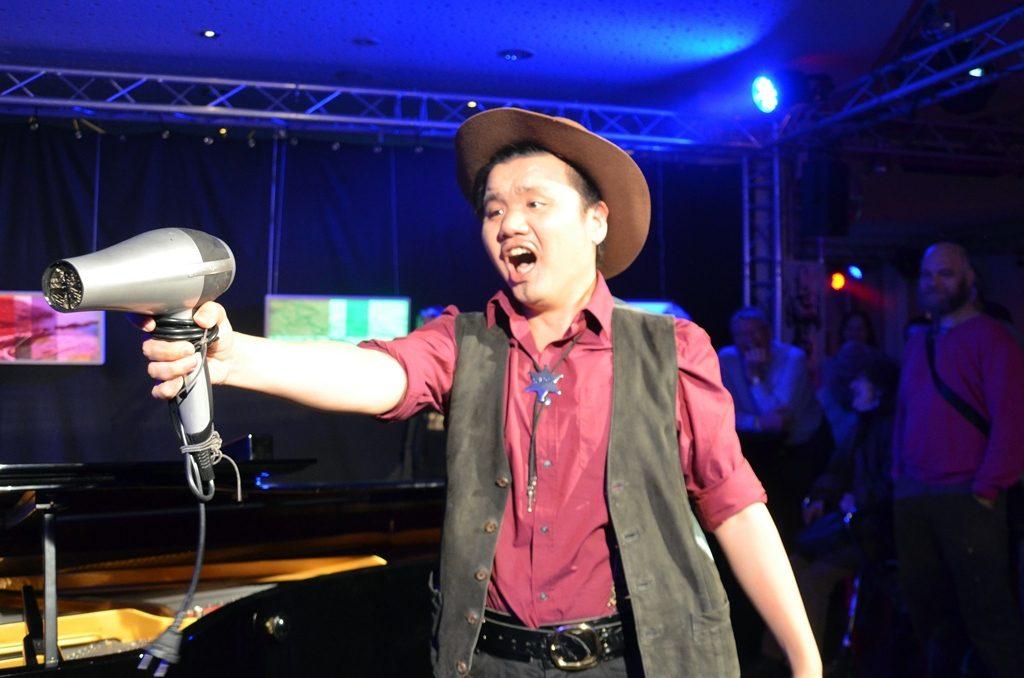 """Operngesang im Cowboy-Outfit fand viel Zuspruch. Zum """"Figaro"""" hatte sich der Sänger mit einem Fön bewaffnet. (Foto: © Martina Hörle)"""