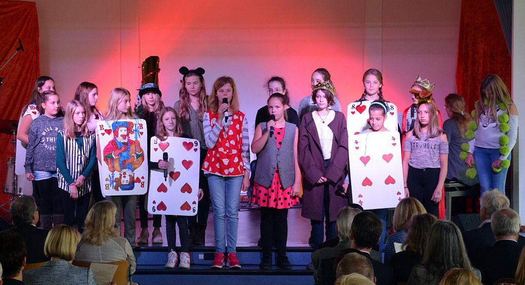 """Der musikalische Auftakt der Veranstaltung lag in den Händen der Musical-AG, die einen Auszug aus """"Alice im Wunderlang"""" brachte. (Foto: © Martina Hörle)"""