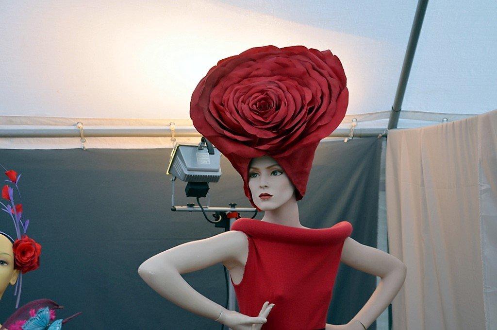 """Diese Kopfbedeckung von Bea Kahl ist als Theaterkreation für die Rolle der Rose in dem Stück """"Der kleine Prinz"""" gedacht. (Foto: © Martina Hörle)"""