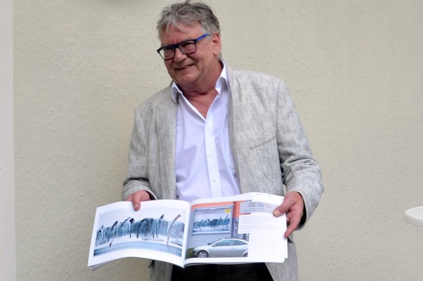 Joachim Radtke vom Stadtmarketing zeigt, wie der neue Katalog aussehen wird. (Foto: © Martina Hörle)