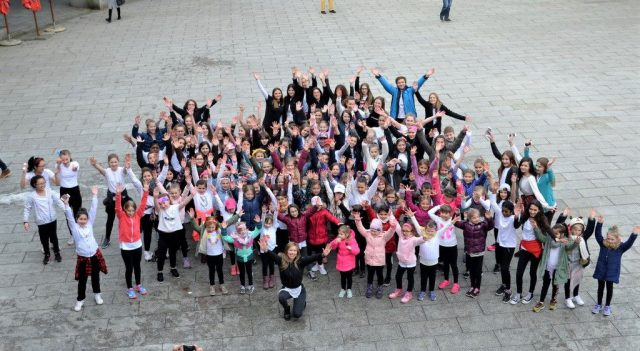 145 große und kleine Tanzkünstler der Tanzschule Xperience zeigen in 14 Shows ihr Können. Leiterin Vanessa Chwalek ist sehr stolz auf ihre Schüler. (Foto: © Martina Hörle)