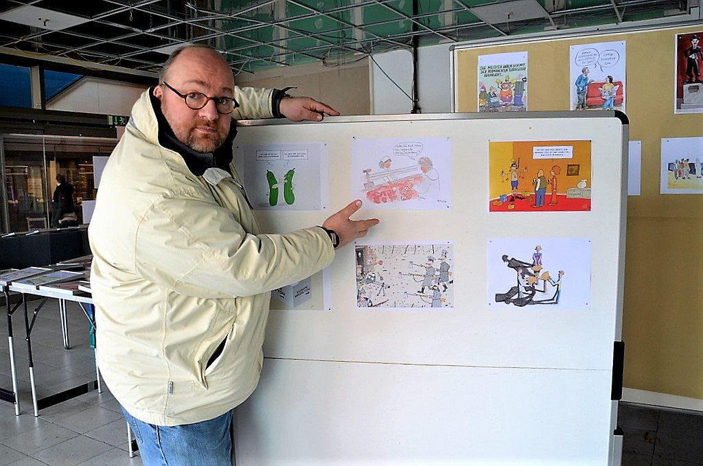 Cartoonist Jan Michaelis vom Haus Hildener Künstler e. V. hat die Cartoon-Ausstellung organisiert. 30 Künstler zeigen in 67 Werken ihre Vielseitigkeit. (Foto: © Martina Hörle)