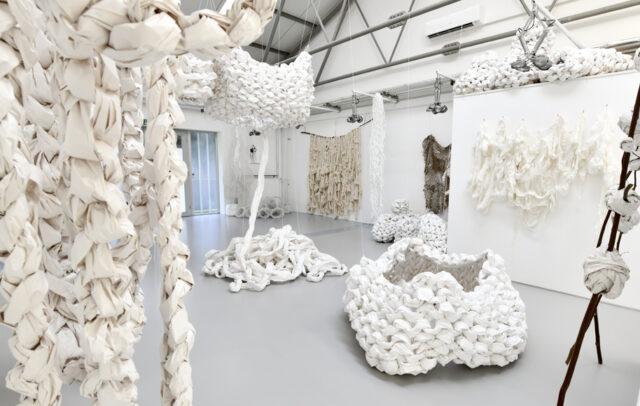 Künstlerin Ines Baumgart verbindet Materialien durch die unterschiedlichsten Handwerksarten zu Körpern oder Fragmenten und gibt ihnen dadurch eine neue Bedeutung. (Foto: © Astrid Kirschey)