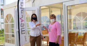 Am Freitag übergab Marion Pluschke von Meventa (li.) den Schlüssel für das Begegnungszelt an Ina Beilstein, Leiterin der Einrichtung SenVital in Ohligs. (Foto: © Martina Hörle)