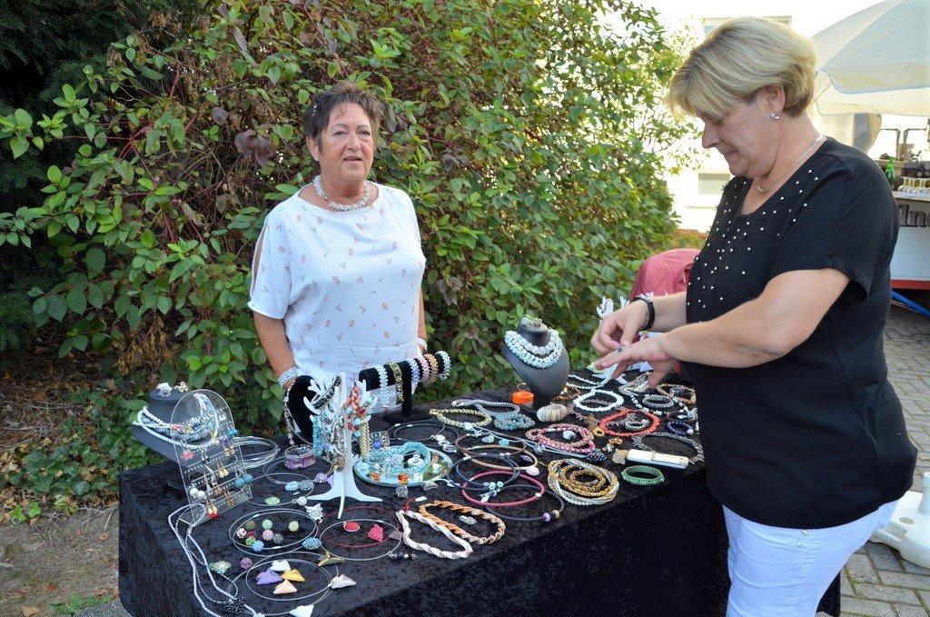 Schmuckherstellerin Maritta Zelder zeigte eine Auswahl ihrer selbstgefertigten Colliers, Armbänder und Ringe. Die Rentnerin betreibt ihr Hobby schon seit zehn Jahren. (Foto: © Martina Hörle)